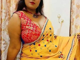 BIG DESI AUNTY WITH BIG BOOOBS+++